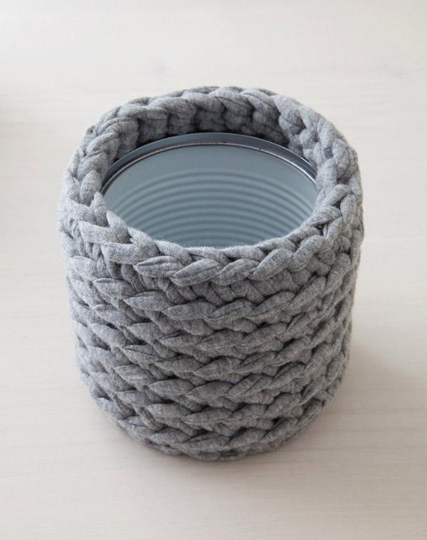 cubre latas de crochet gris