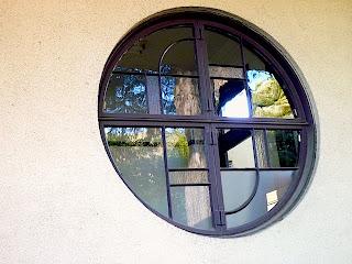 庭園美術館の窓枠がクラシカルです。