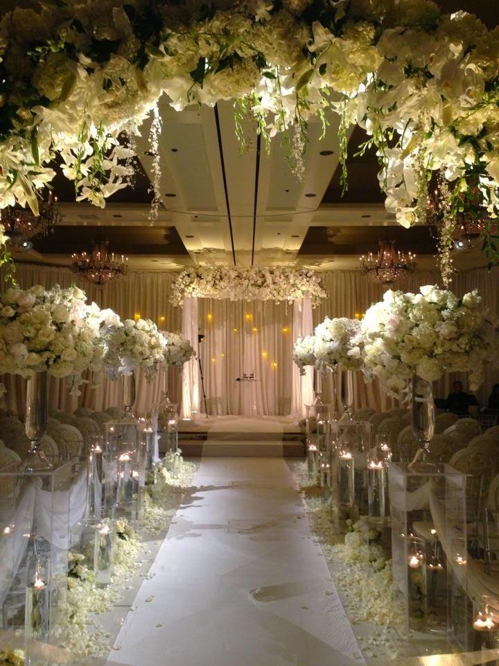 Un Altar Invernal lleno de Flores Blancas.