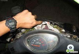 ti vrike mesa sti motosykleta 2 ΔΕΙΤΕ: Τι παράξενο βρήκε μέσα στην μοτοσυκλέτα του;