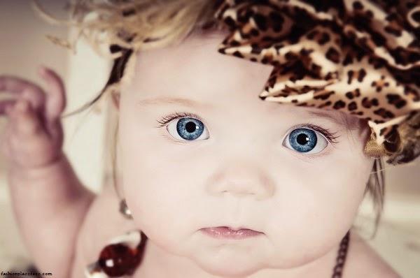Bébé mignon fille au yeux bleu