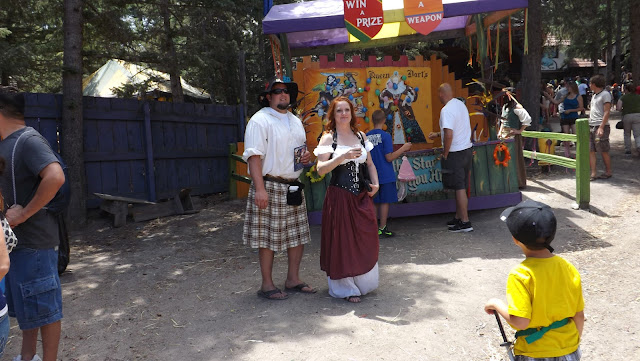 Today we visited the magical Renaissance Festival, which takes place in Colorado for 37 season. It is a magical journey into the legends of King Henry. The illusion of freedom and fun to recreate the paintings of the last actors interactive theater. Ate honestly we just forget about the time and immerse yourself in the game and fun as children. The main celebration was on, of course, the king and queen and the royal entourage. And clowns entertained people, clowns, fairies, magicians and acrobats.    Although many visitors come in carnival costumes and having fun posing for the camera.   Throughout the theatrical village shops are located craftsmen. Many of the secrets of his skill demonstrated to everyone and sell their creations.   Сегодня мы посетили волшебный  Ренессанс Фестиваль, который проходит в Колорадо уже 37 сезон.  Это волшебное путешествие во времена легенд Короля Генри.  Иллюзию свободы и веселья воссоздают картины прошлого актеры интерактивного театра.  Ели честно мы просто забыли про время и погрузились в игру и веселье как дети. Главным на празднике был, конечно, король с королевой и королевской свитой. А развлекали народ шуты, скоморохи, феи, фокусники и акробаты.   Хотя посетители многие пришли в карнавальных костюмах и с удовольствием позировали перед камерой.   По всей территории театрализованной деревни  расположились лавочки мастеров прикладного искусства. Многие демонстрировали секреты своего мастерства всем желающим и продавали свои творения.