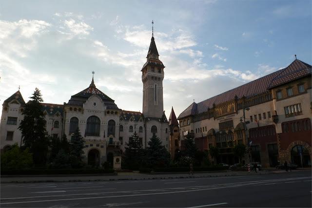Prefectura de Mureş  y Biblioteca (Târgu Mureş)