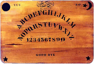 «Original ouija board». Publicado bajo la licencia Dominio público vía Wikimedia Commons - https://commons.wikimedia.org/wiki/File:Original_ouija_board.jpg#/media/File:Original_ouija_board.jpg.