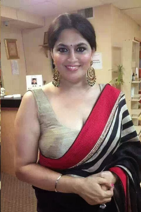 Desi Aunty Beautiful Pictures in Saree