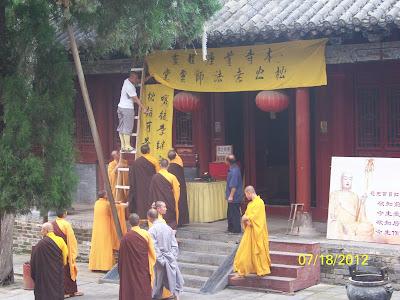 Les moines préparent quelque chose…