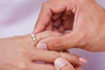 Alasan cincin kawin ditaruh di jari manis, fenomena dan fakta