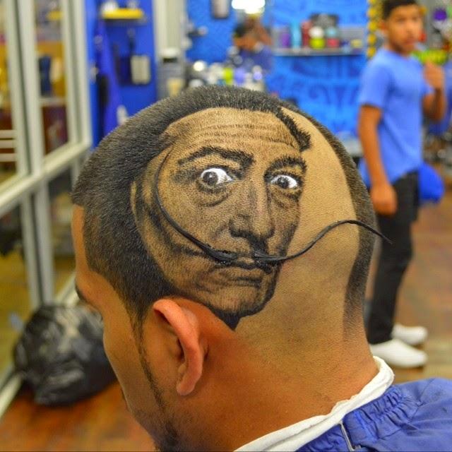 Κομμώτρια Ενεργοποιεί μαλλιών των πελατών στην φωτο-ρεαλιστική Τέχνης