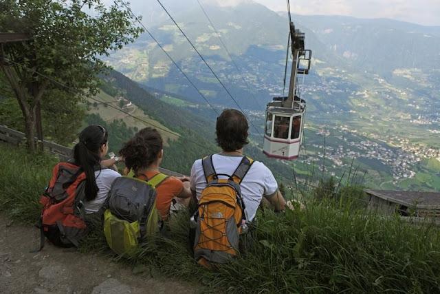 Die Seilbahn bringt Sie in wenigen Minuten hoch auf den Berg, von wo aus Sie sofort loswandern können...