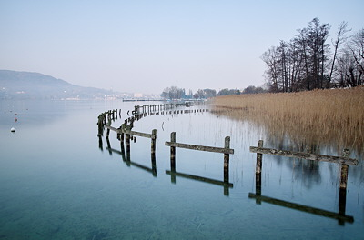 Long exposure photo of Annecy lake by a winter morning