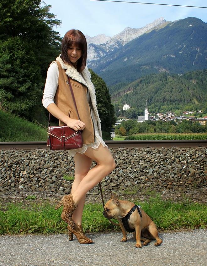 outfit_Trend_fashionblogger_spitze_rock_weste_fakefur_leoboots_sarenza