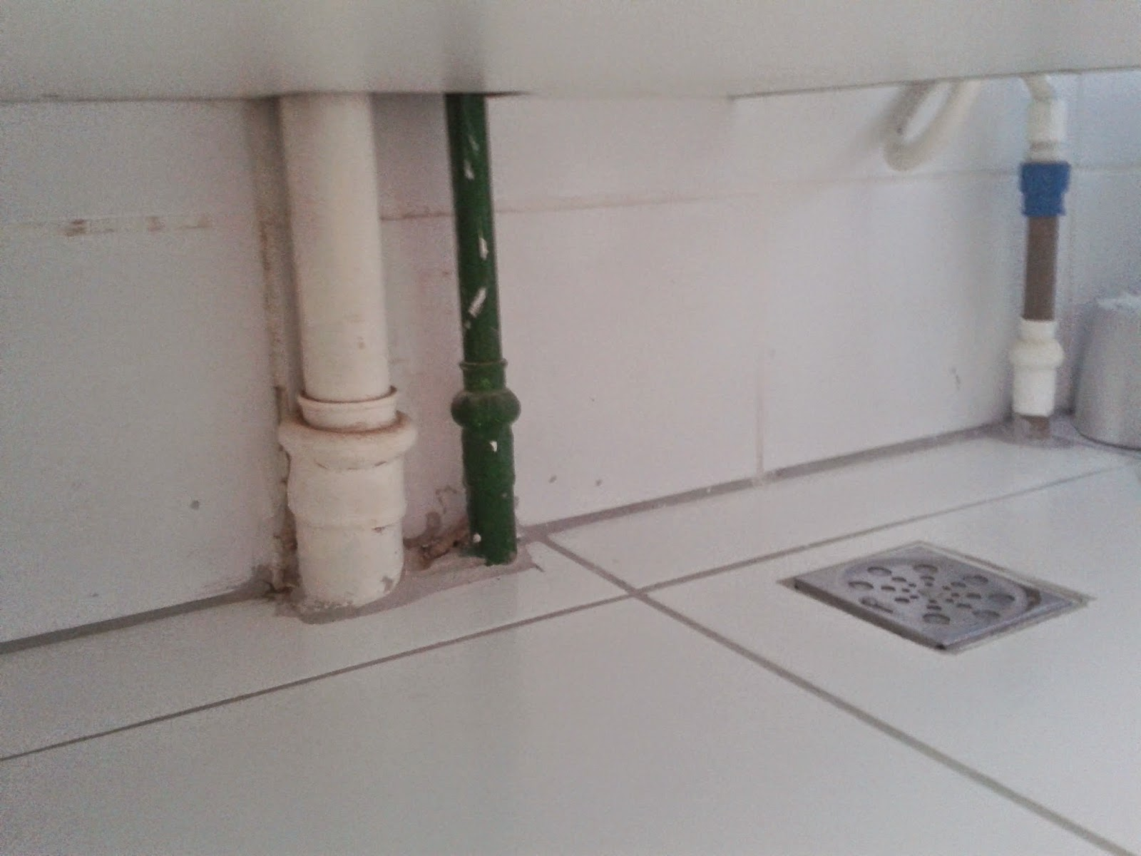 Esse espaço entre o armário e o piso dá uns 25cm como banheiro é  #5C4D47 1600x1200 Balança De Banheiro Como Usar