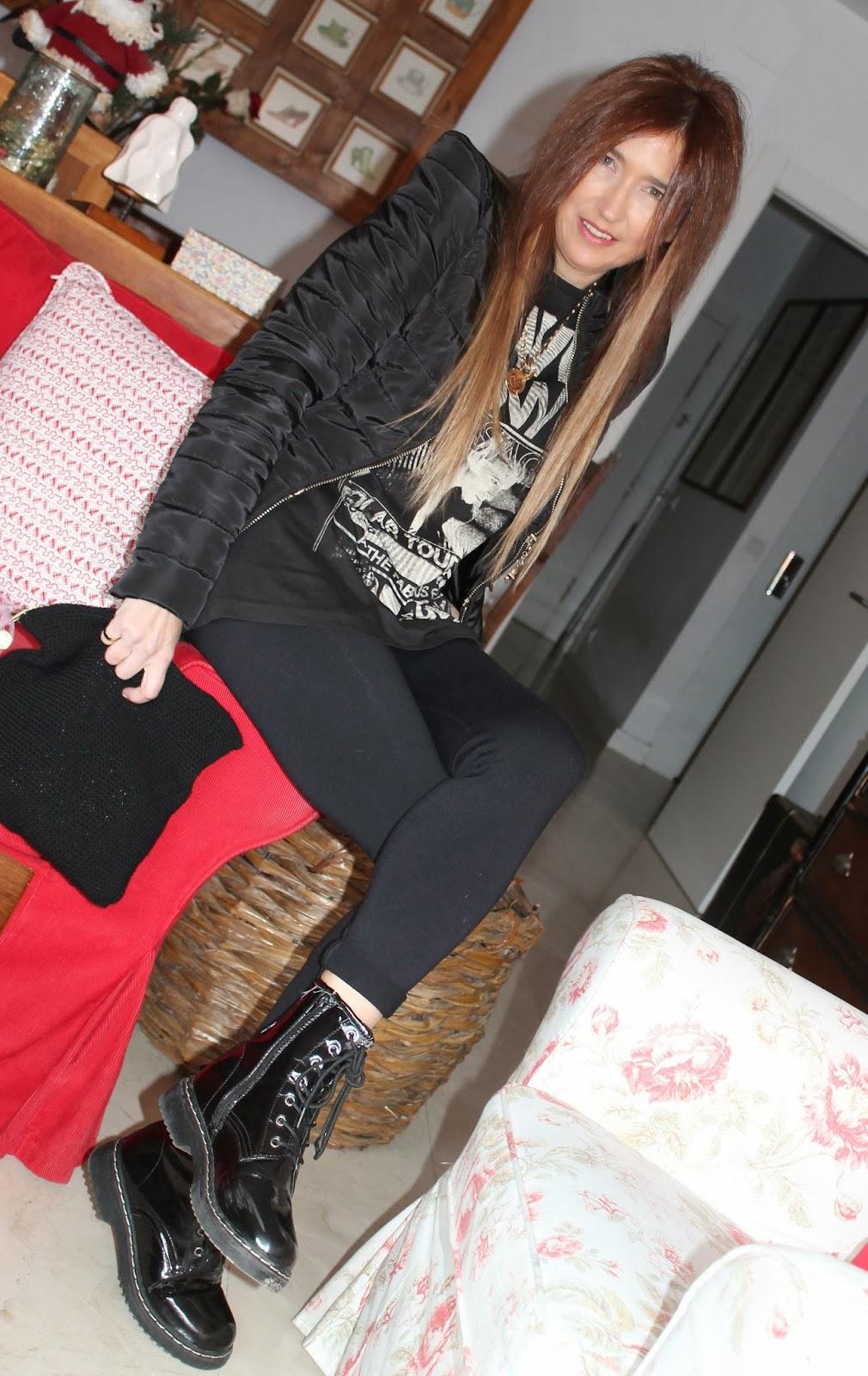 Foto en casa con look en negro