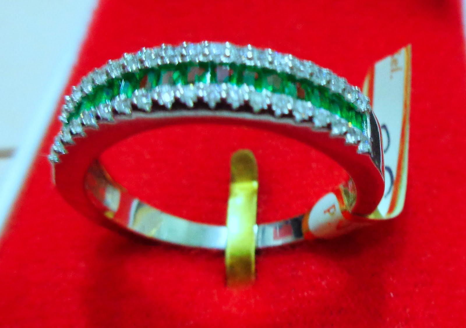 Sortija de plata con circonitas blancas y verdes.