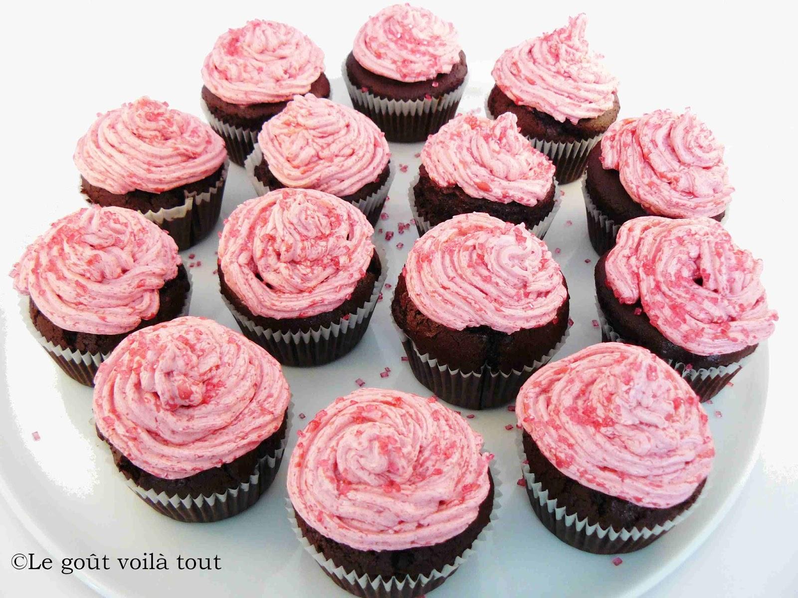 Cupcakes au chocolat et leur glaçage framboises