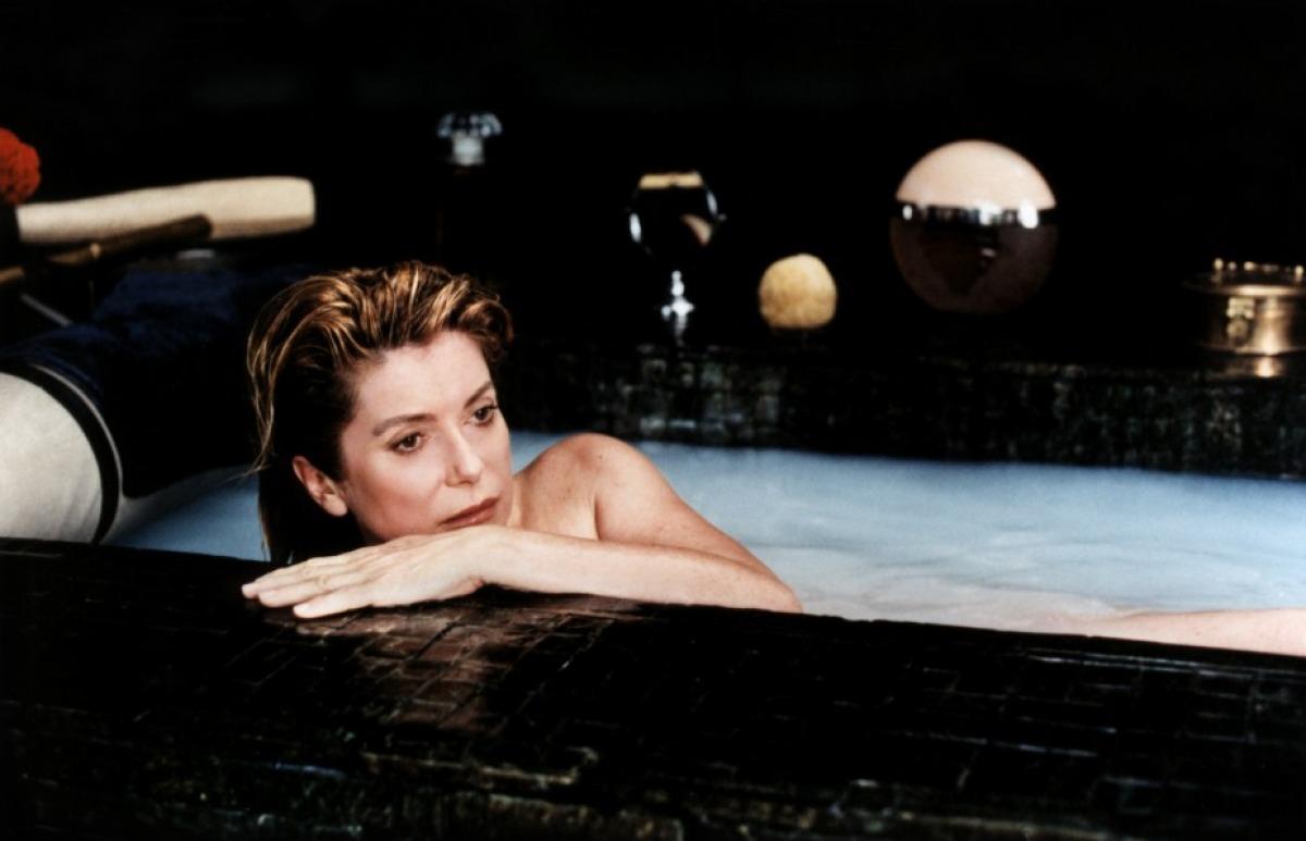 catherine deneuve bath scene pola x ile ilgili görsel sonucu
