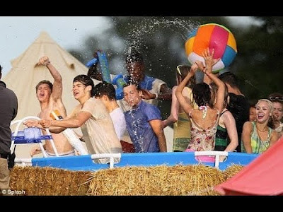 Lirik Lagu One Direction Live While We're Young
