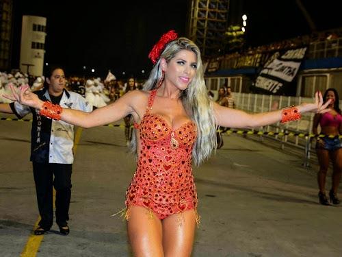 Ana Paula Minerato usa short curto e deixa parte do bumbum à mostra