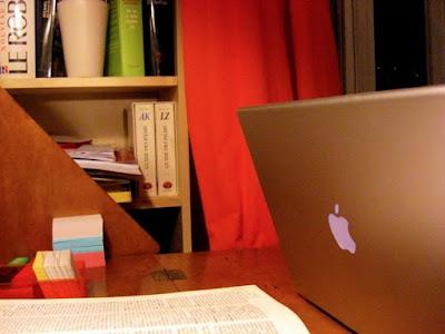 Computer, Regal mit Nachschlagewerken, aufgeschlagenes Worterbuch (angeschnitten), Vokabelkartei