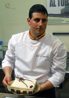 Juan Antonio Serrano con su tarta Fantasía.