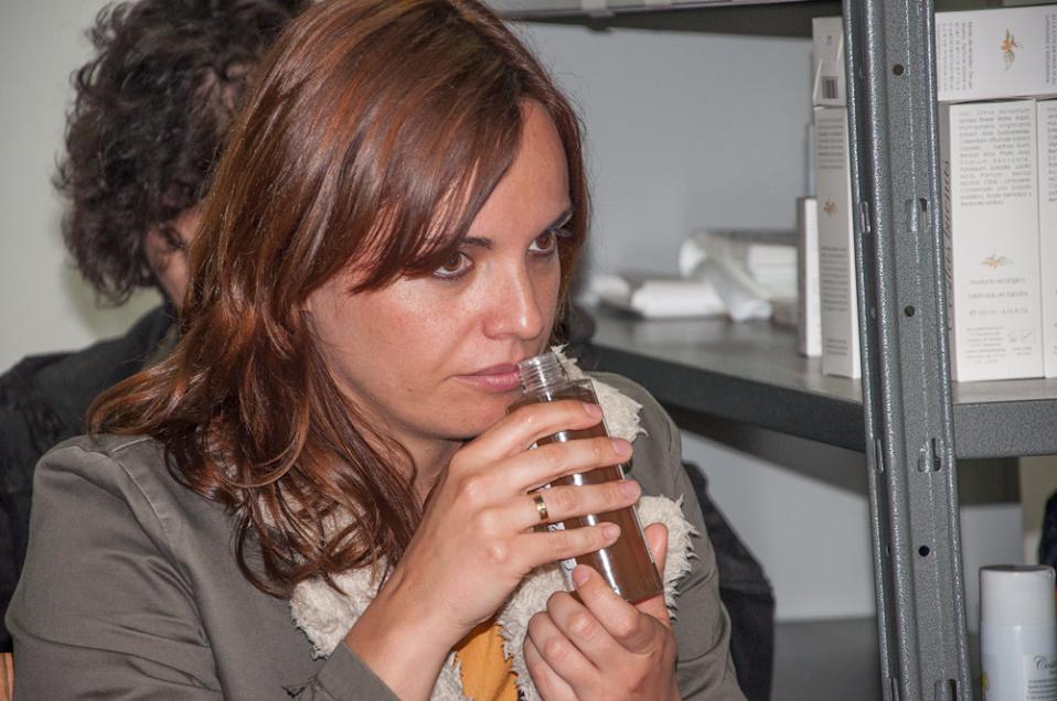 una participante huele uno de los cosmeticos