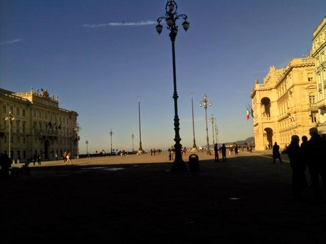 Da P.zza Unità d'Italia - Trieste alle 12:00 verso il mare....