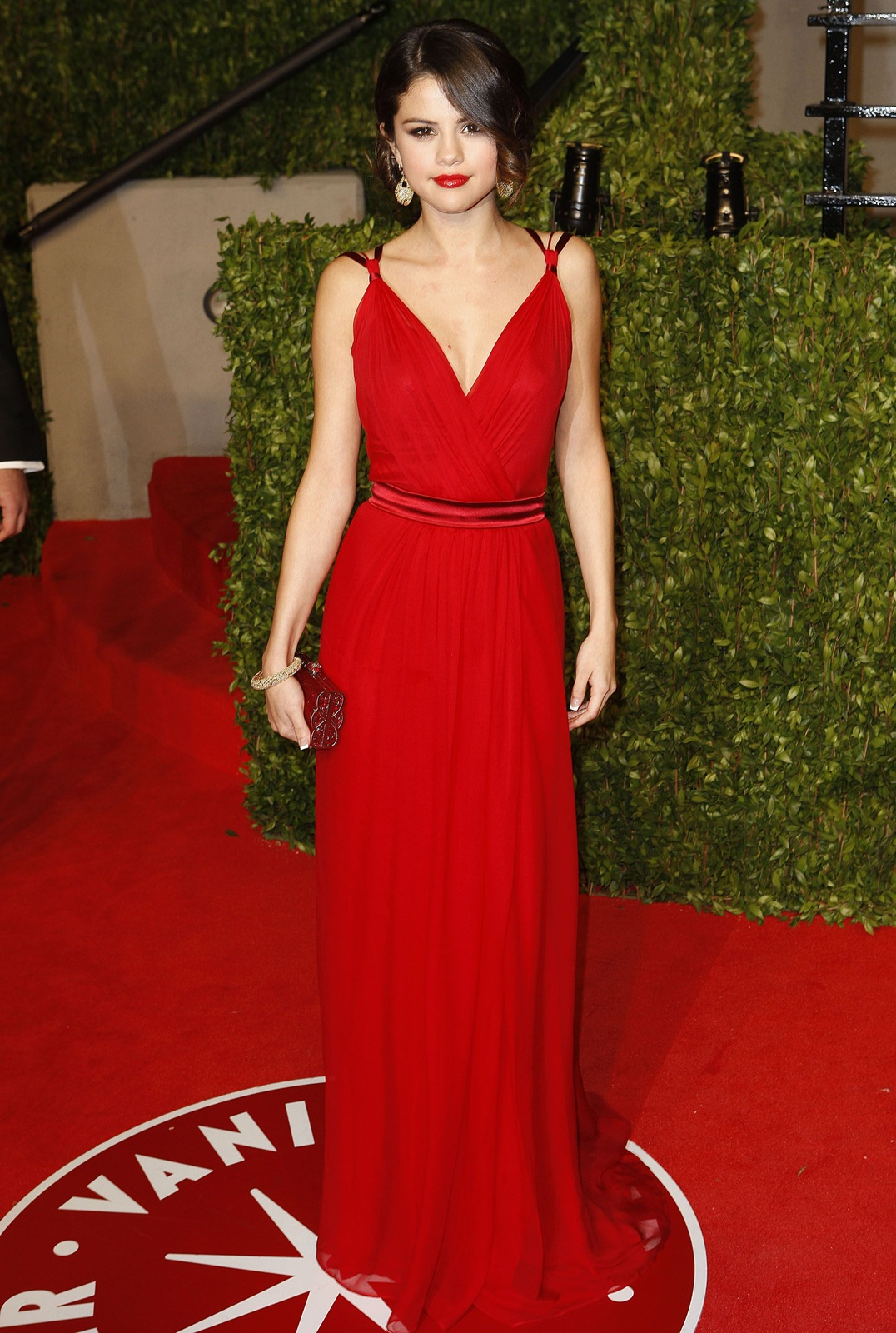 Причёска к красному платью