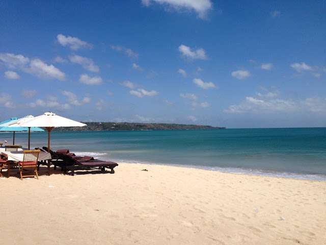 Valentina Rago in Jimbaran, Bali, having lunch on the beach with an amazing view, good seafood is served