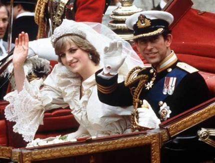 Royal Wedding Pictures: Prince Charles and Princes Diana wave their hands to the peoples