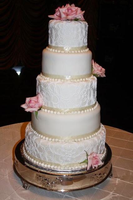 wedding-cake-with-roses