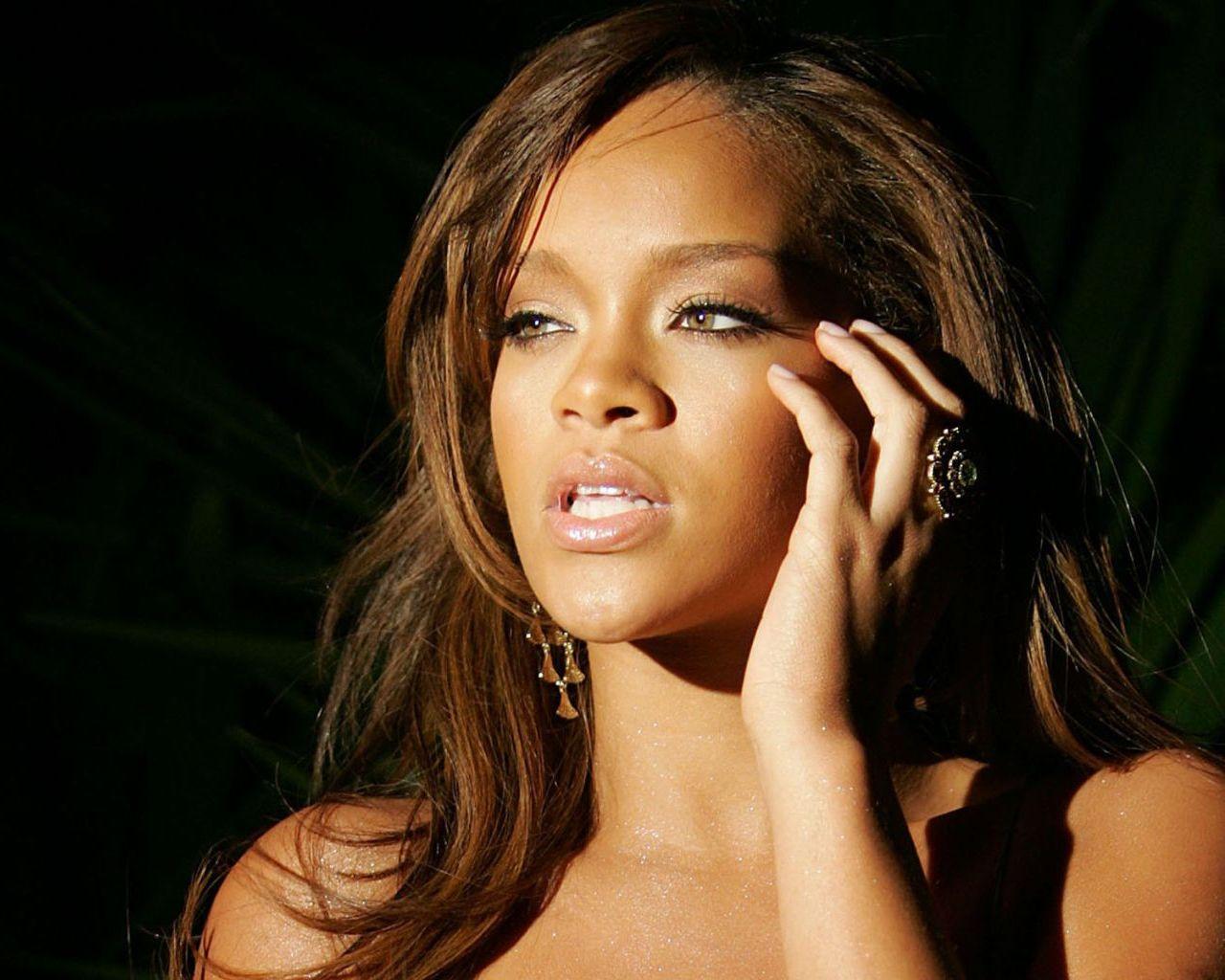 http://1.bp.blogspot.com/-kQe8HfvDiHo/TqASCHM7pAI/AAAAAAAAAk0/bIraxeoF20A/s1600/Rihanna.jpg