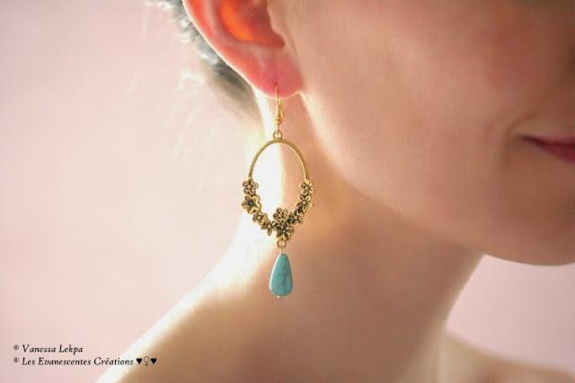 Vanessa Lekpa : belle paire de boucles d'oreille avec estampe ancienne vintage en or bronze vieilli et grosse perle de turquoise howlite