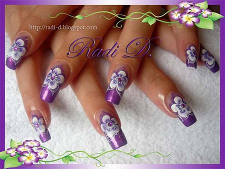 V-образен виолетов маникюр с декорация бели цветя с камъчета