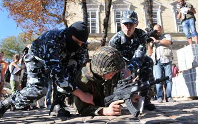 Фото Укринформ: акция с раздеванием