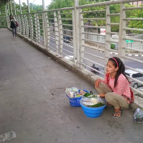 Teh Ninih, Gadis Cantik Penjual Gethuk Cantik jembatan penyeberangan