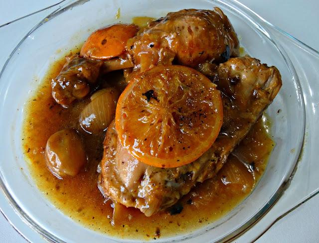 Pollo cocinado más rodajitas de naranja, más diente de ajo y salsita