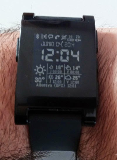 Portada para el Pebble que te dice el tiempo, la batería del reloj y del teléfono y mucho más.