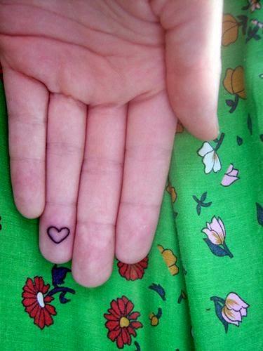 bella modelo chica con los dedos tatuados
