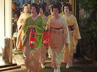 この宵宮祭、明日は本例祭で11:00神社に来る。