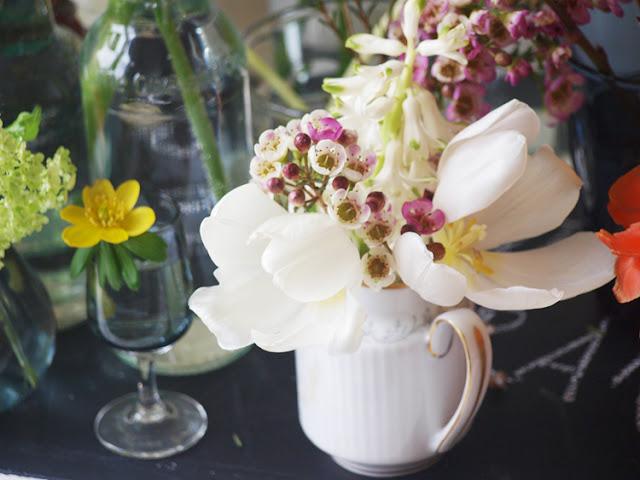 Lille kande med blomster