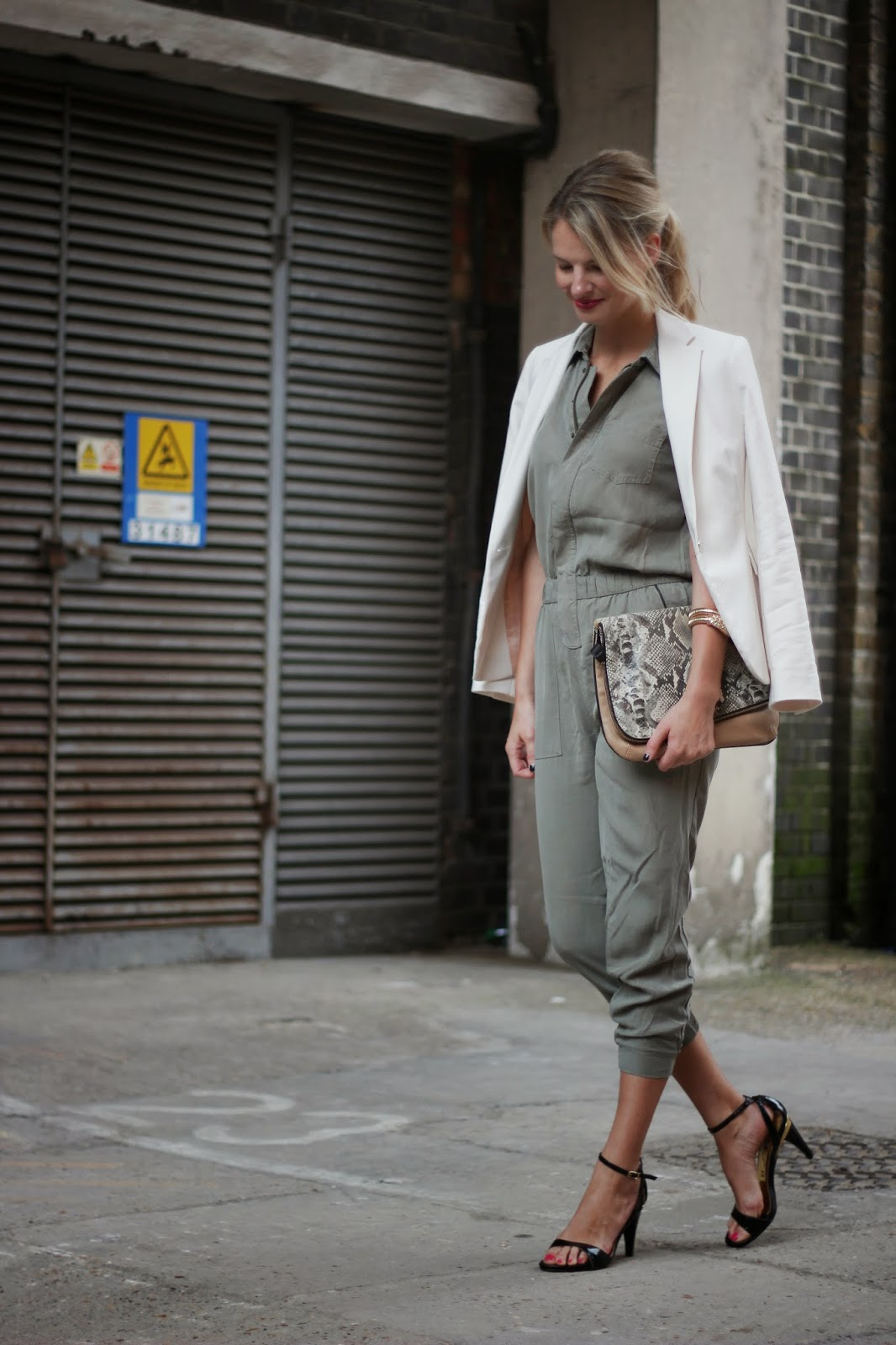 military look, jumpsuit, black sandals, white blazer