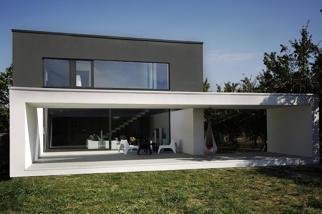 Terrace of the Black On White House by Parasite Studio