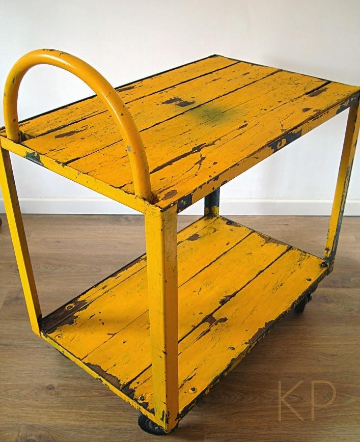 Camarera vintage industrial para decoración de madera y metal.