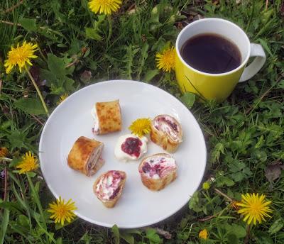 Pfannkuchenröllchen, gefüllt mit Quark und Konfitüre