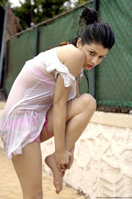 Grand Masti 2013 - Kainaat Arora Hot Wallpapers