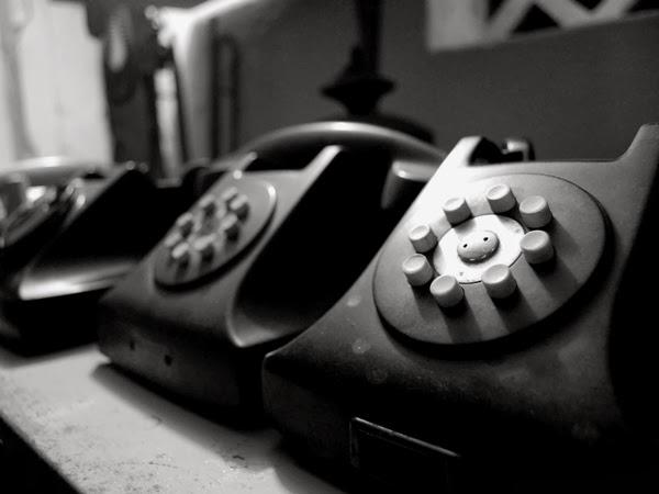 Telefones de época no antiquário de Campina Grande
