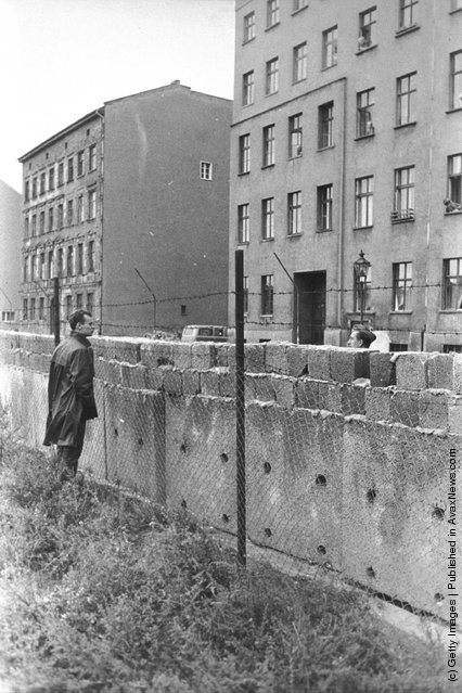 old photos of the berlin wall from 1950 39 s 60 39 s vintage everyday. Black Bedroom Furniture Sets. Home Design Ideas
