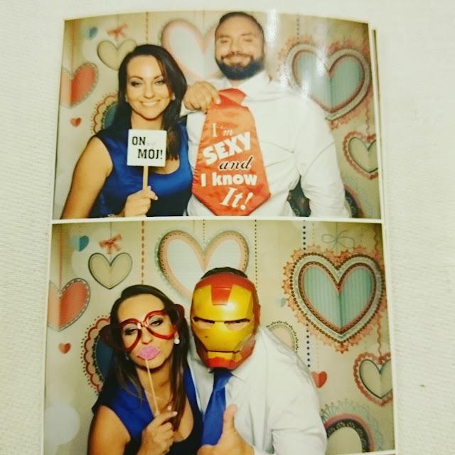 fotobudka, para,zakochani,koszula i jaki krawat, granatowa sukienka, jak sie ubrac na wesele,blog lifestyle DIY