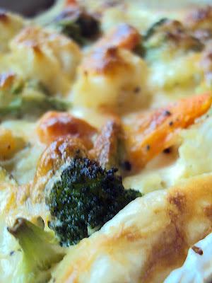Tarta z ciasta francuskiego z warzywami - cukinią, kalafiorem, brokułami i marchewką