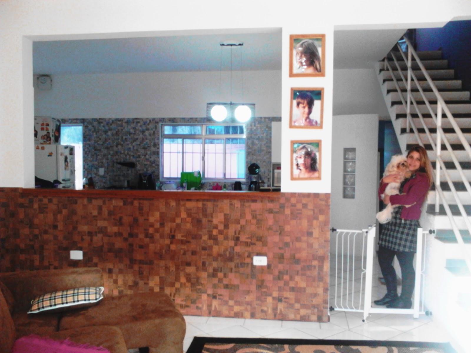 Abrimos a área entre a cozinha e a sala de estar e criamos um balcão #6E392B 1600 1200